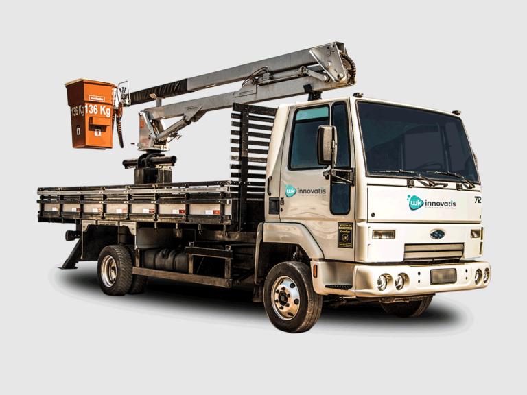Caminhão c/ cesto auto-nivelado, acoplado e isolado